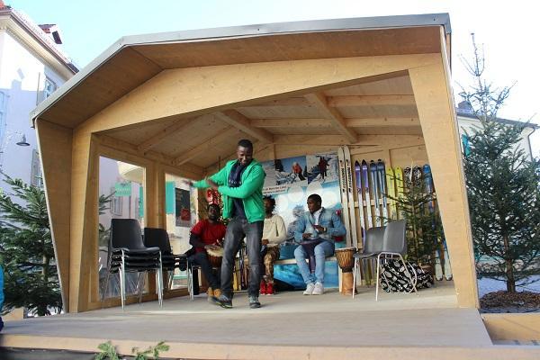 Con i migranti performance di percussioni in piazza Duomo a Merano ...