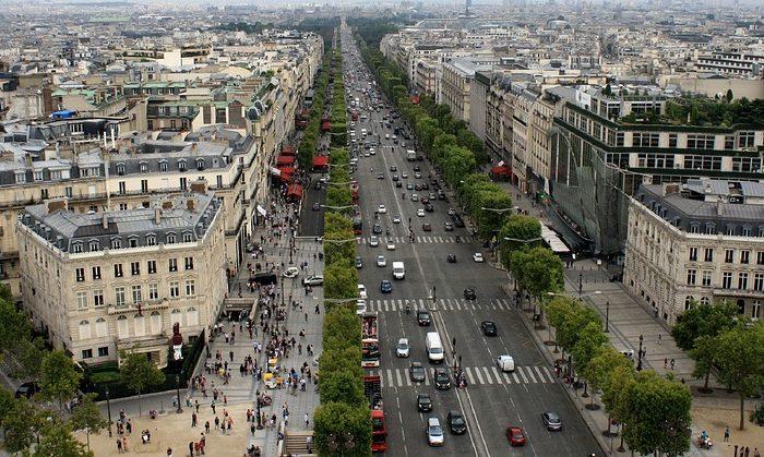 Parigi. Uomo armato di kalashnikov uccide due agenti.