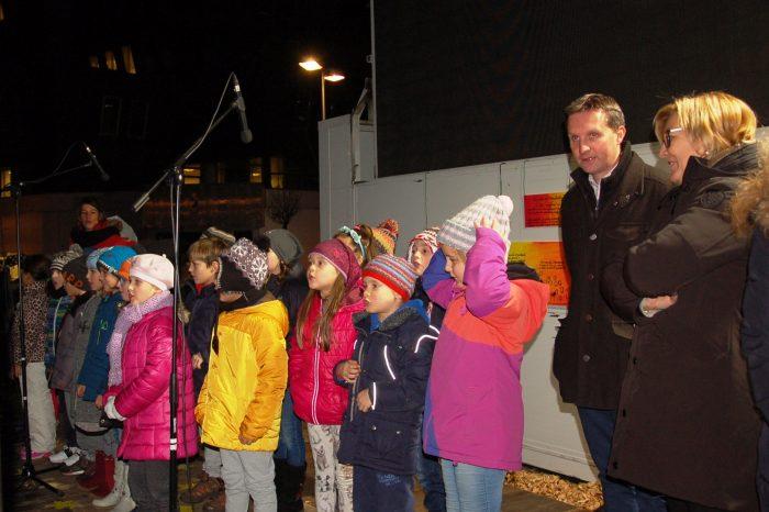 """Presentano il loro """"DONO""""i ragazzi bolzanini nel Parco """"natalizio"""" della Stazione di Bolzano"""