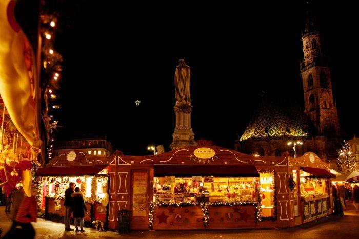 Bolzano. Una stella illumina l'area della stazione delle autocorriere