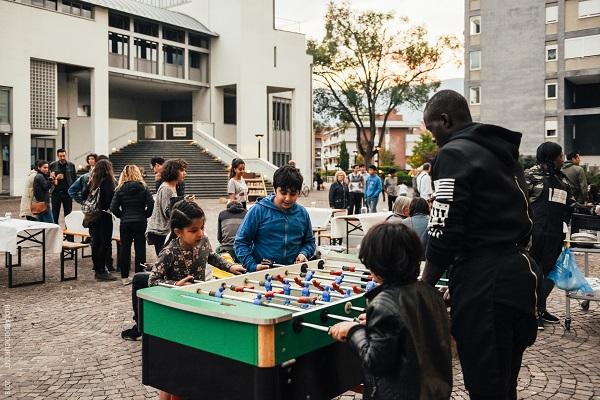 Bolzano. Una serata interculturale per le famiglie e un condominio che diventa installazione artistica
