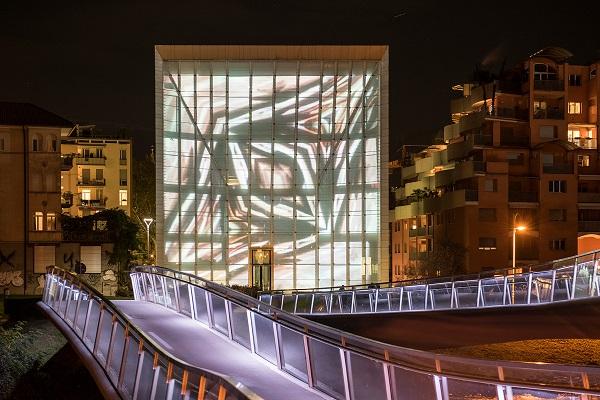 Bolzano. La facciata mediale di Museion illumina le notti di dicembre