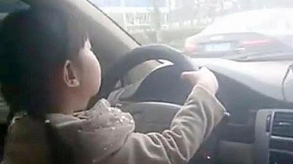 A 5 anni guida la macchina